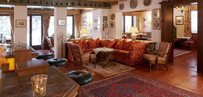 Hotel Haldenhof, Lech, Austria - Bar-lounge area.jpg